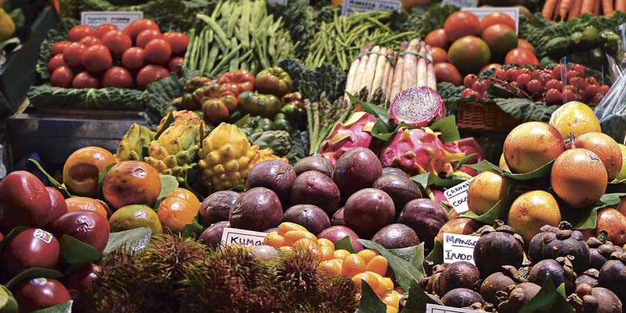 Fruktmarknad - kombinera olika frukter, bär och grönsaker för starkare effekt