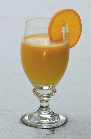 Smoothie med gurkmeja, ingefära, havtorn, äpple, päron, morot, apelsin och bönor